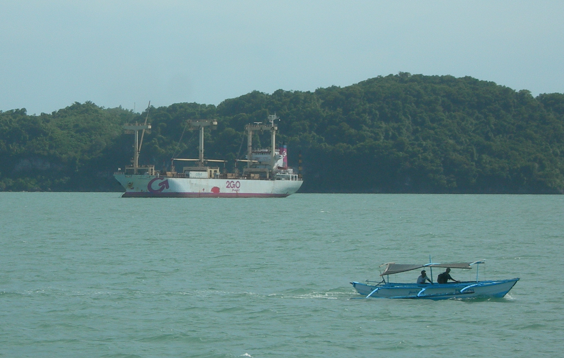 File:2GO Cargo Ship In Iloilo Strait With Pumpboat.png - Barko PNG