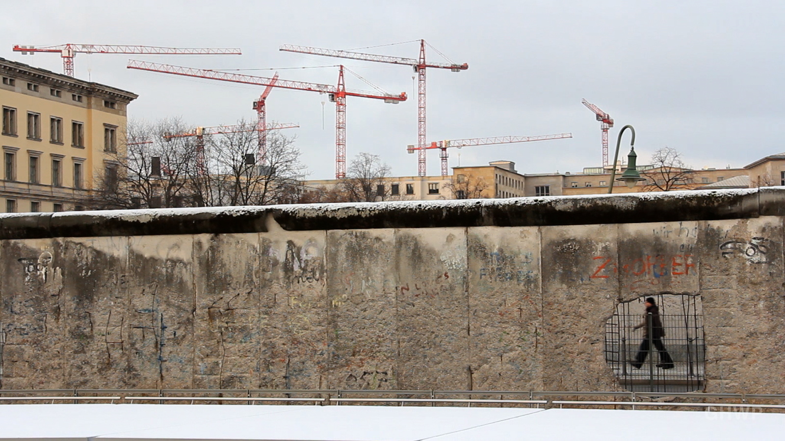 Hole in The Wall - Photo of The Berlin Wall Remains (Berliner Mauerreste) - Berlin Wall PNG