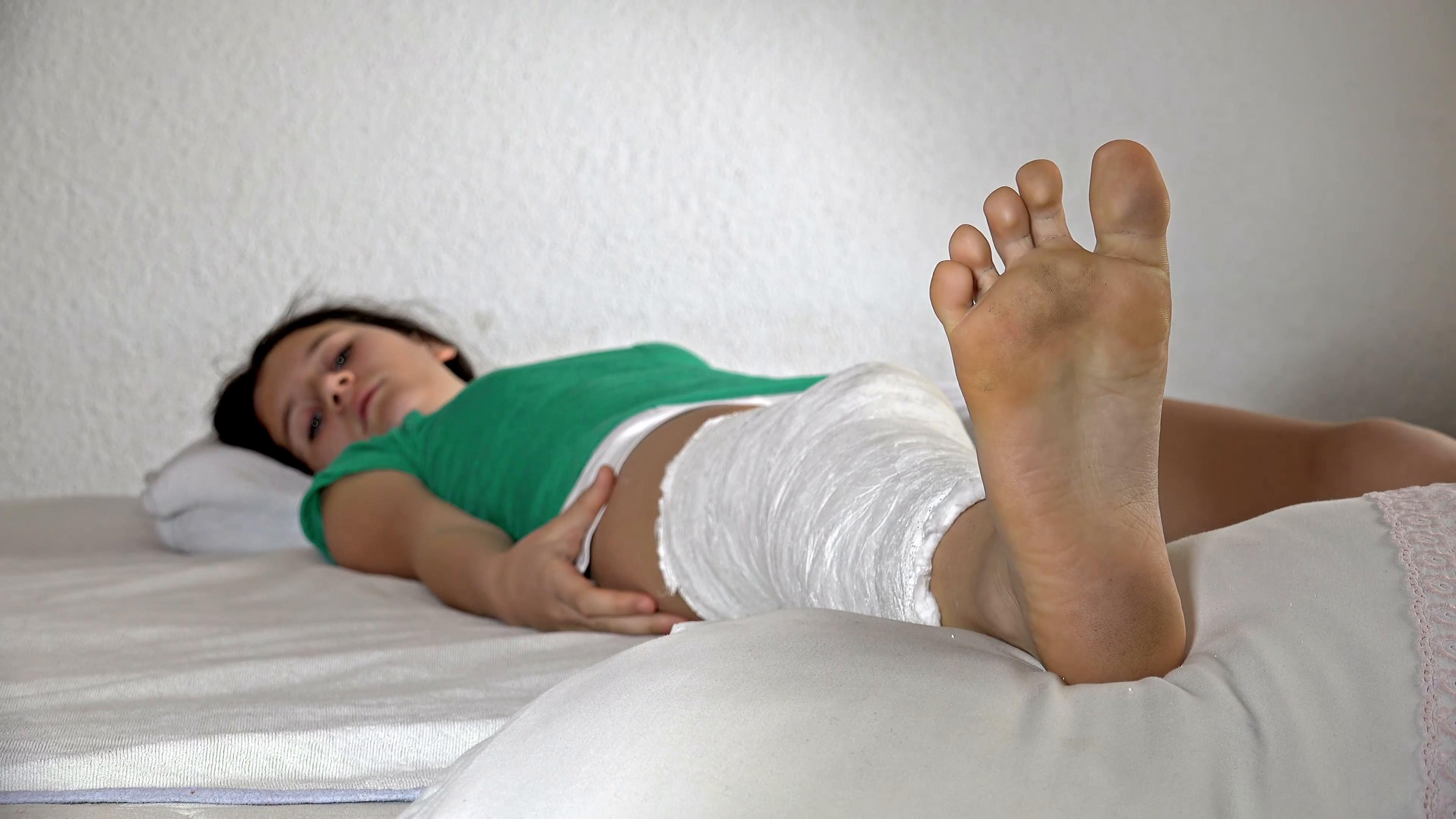 Little girl with broken leg i