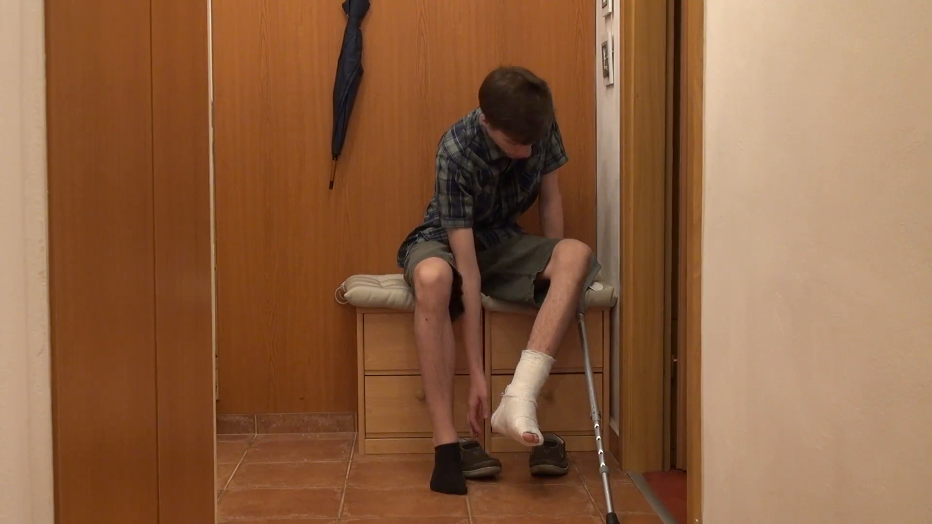 Teenager, trauma, broken leg, walking cane, accident, home Stock Video  Footage - VideoBlocks - Broken Leg PNG HD