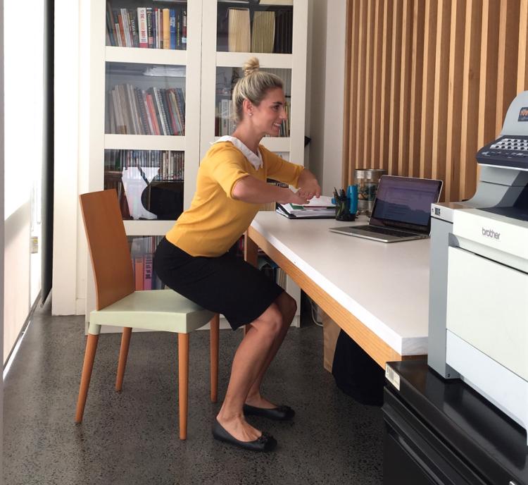 Fitnessübungen im Büro -zuhause-buro-training-einfach-frau-schreibtisch - Frau Am Schreibtisch PNG