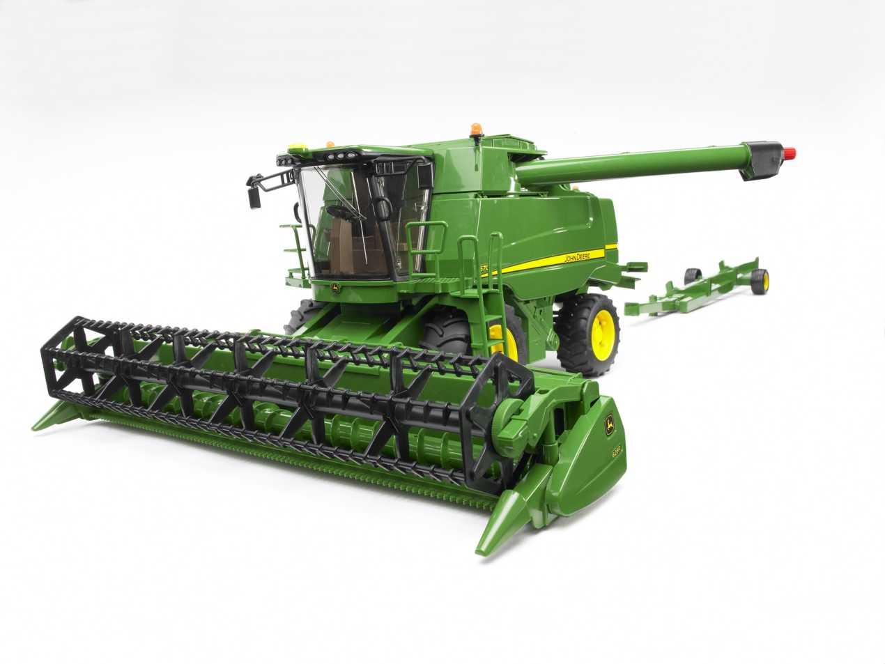 . PlusPng.com John Deere Combine Harvester T670i - view 3 - John Deere Combine PNG