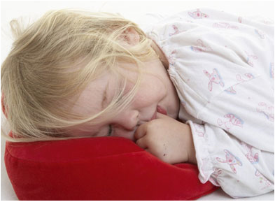 Toddlers need 10-12 hours of sleep a night. A positive bedtime routine can - Kid Going To Bed PNG