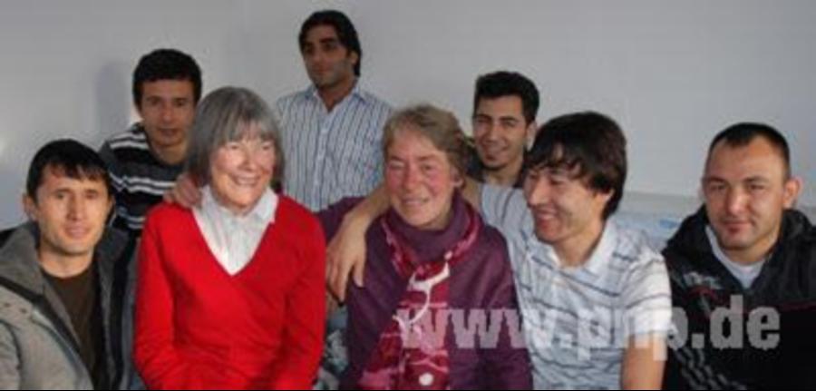 Sie werden immer mit offenen Armen empfangen: Ingrid Braunesreuther (l.)  und Anne - Mit Offenen Armen Empfangen PNG