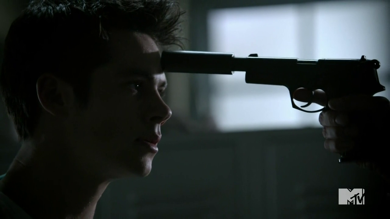 Teen Wolf Season 4 Episode 7 Weaponized Stiles with gun to his head.png - PNG Gun To Head