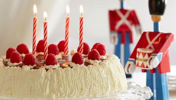 7. januar, får I her opskriften på en god gammeldags lagkage. Vi håber I  har lyst til at fejre dagen med os! - PNG Lagkage Med Lys