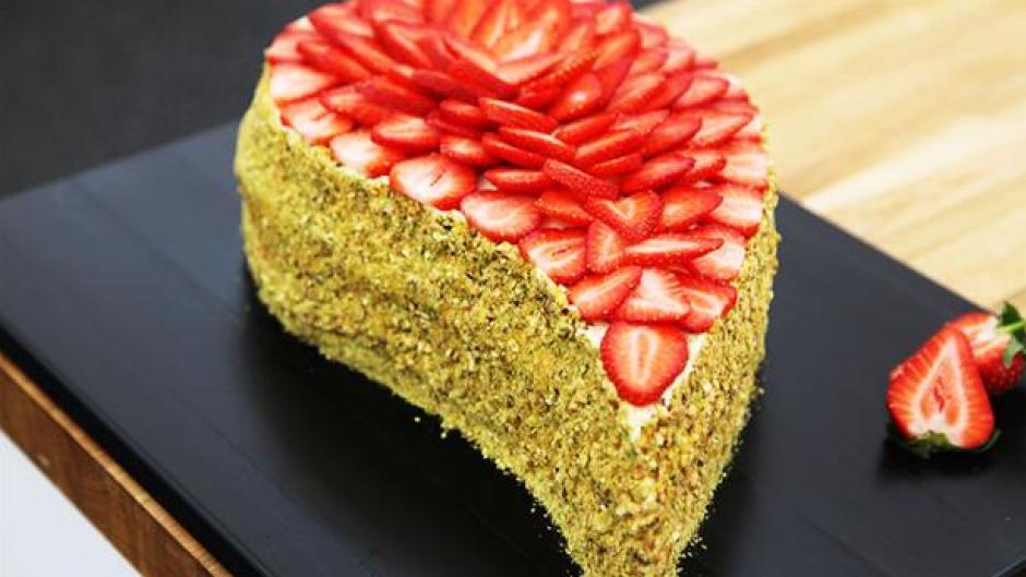 Dråbeformet lagkage med topping af jordbær - PNG Lagkage Med Lys