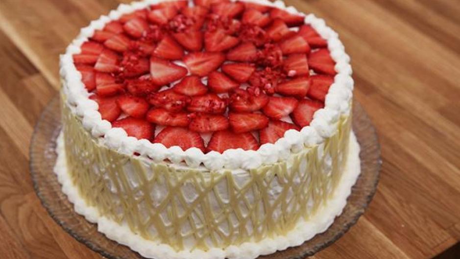 Jordbærlagkage med gitter af hvid chokolade og flødeskum - PNG Lagkage Med Lys