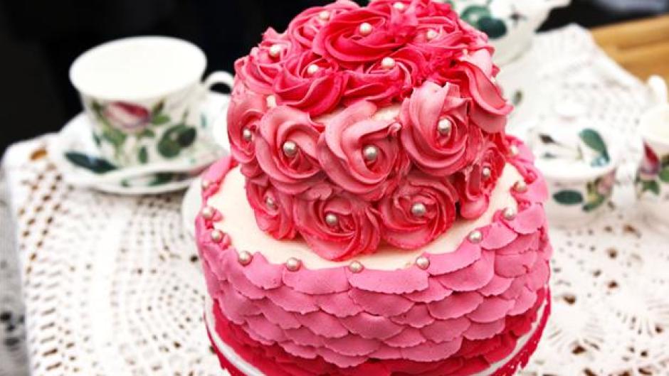 Tøset lagkage med masser af lyserød smørcreme - PNG Lagkage Med Lys