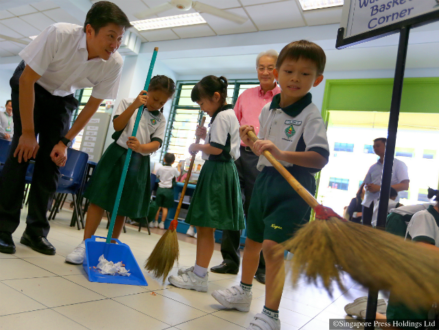 Acting Education Minister Ng Chee Meng at a cleaning demonstration in  Xingnan Primary School. - PNG Pupils In Class