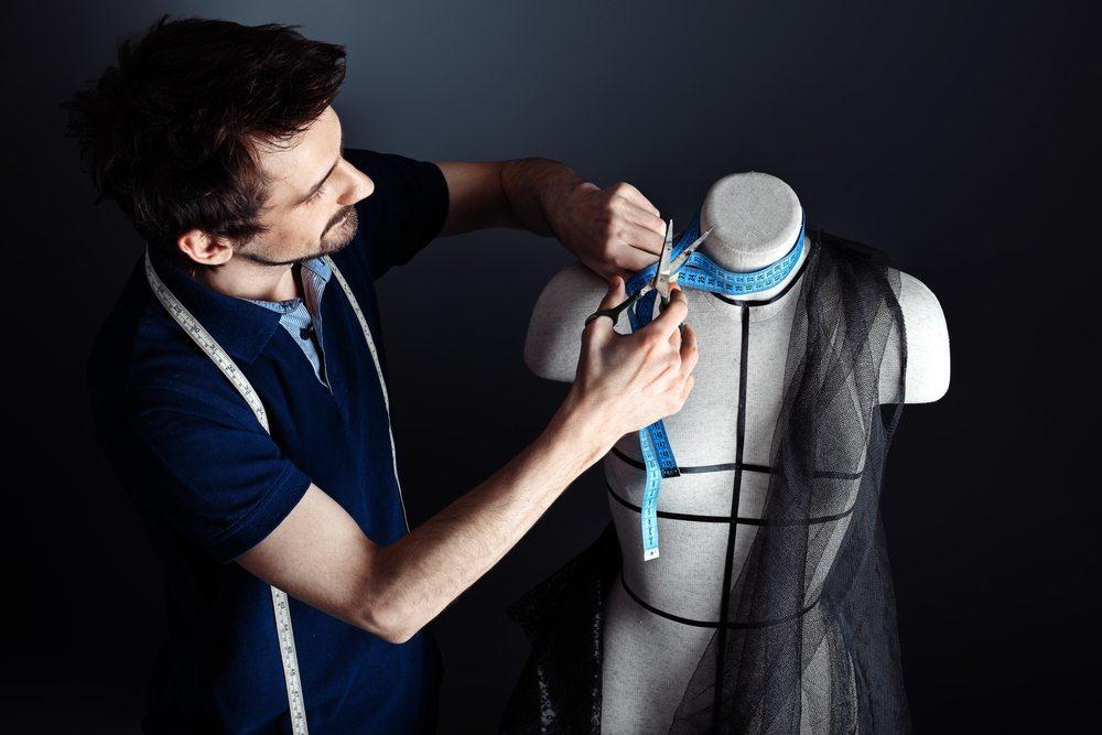 Noch vor einigen Generationen stand die grundlegende Verarbeitung von  Stoffen zu Kleidungsstücken im Fokus dieses traditionellen - Schneider Beruf PNG